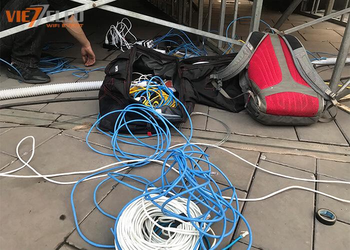 Dây và dụng cụ set - up WIFI được chuẩn bị rất nhiều